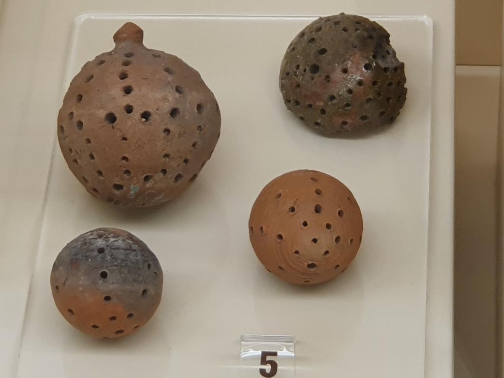 Глинени бебешки дрънкалки в музея на Шуменската крепост